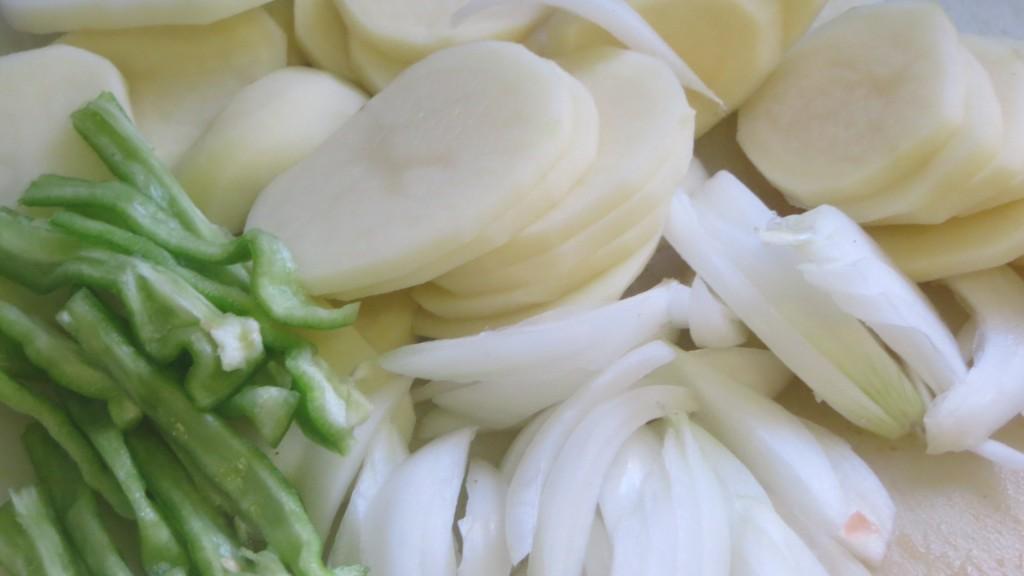patatas, pimiento y cebolla listos para pochar