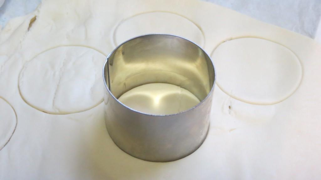 aro de cocina cortando la masa de hojaldre
