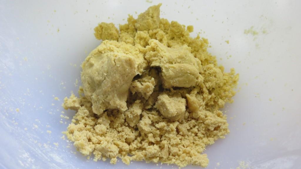 amasado de la mantequilla con la harina de habas
