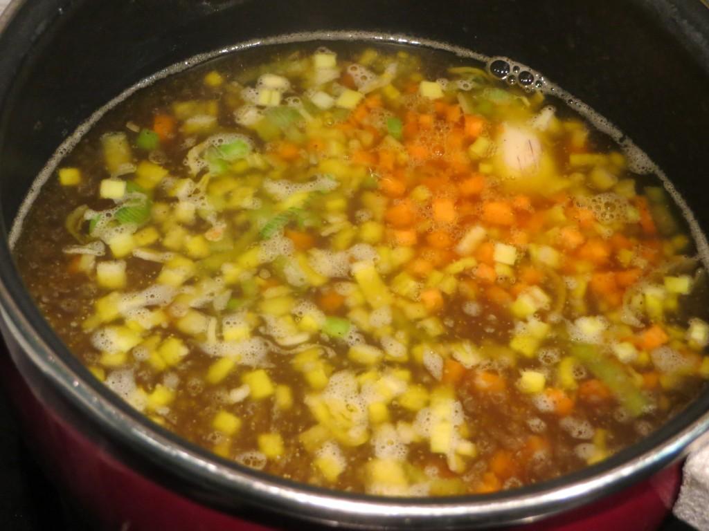 vertido del caldo de ave con verduras al arroz tricolor
