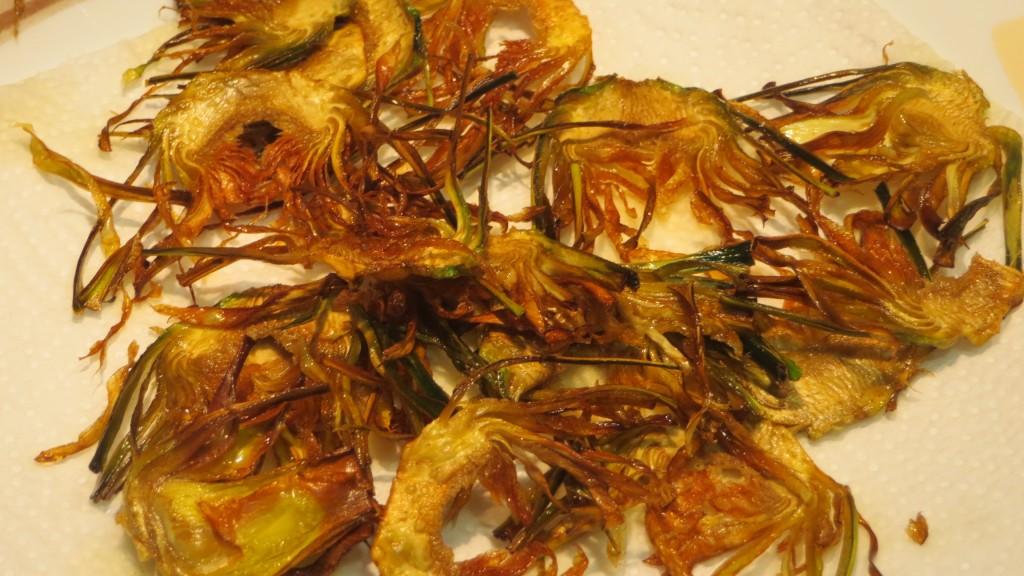 chips de alcachofas terminados de freír