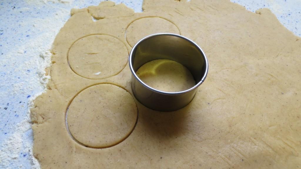 cortado de las galletas con el aro de cocina