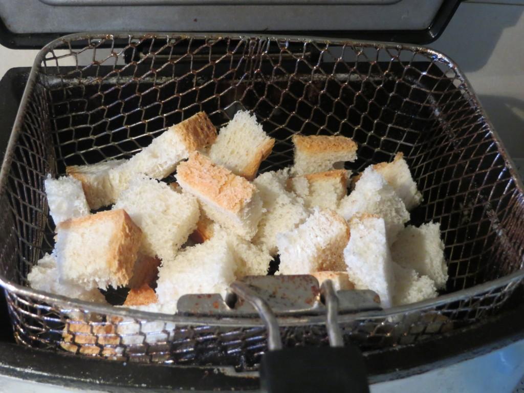 pan cortado a dados a punto de freír