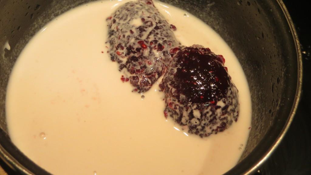incorporación de la nata a la confitura de frutos del bosque