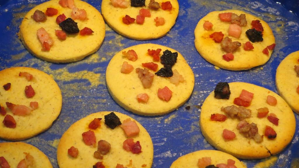 tacos de embutidos depositados sobre las galletas