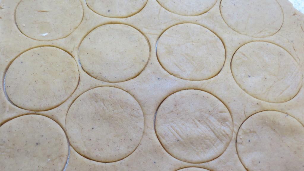 masa de galleta cortada en circulos