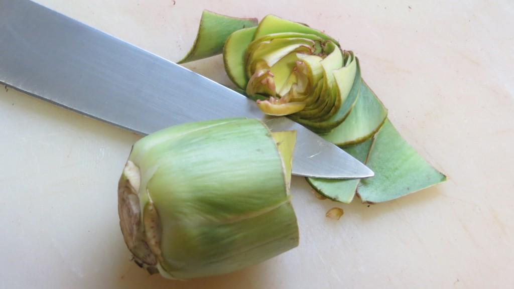 alcachofa limpia y cortada por la mitad