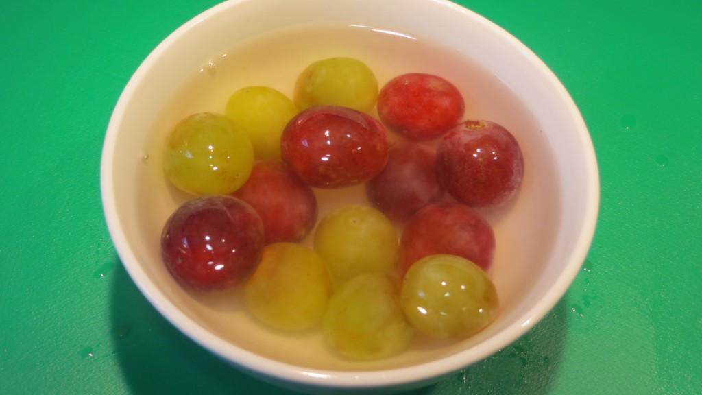 uvas sumergidas en agua