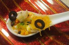 cuchara de ensalada de bacalao, naranja y aceituna