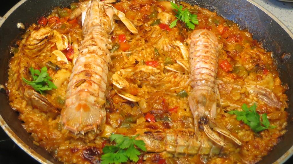 arroz con calamares y galeras acabado de hornear