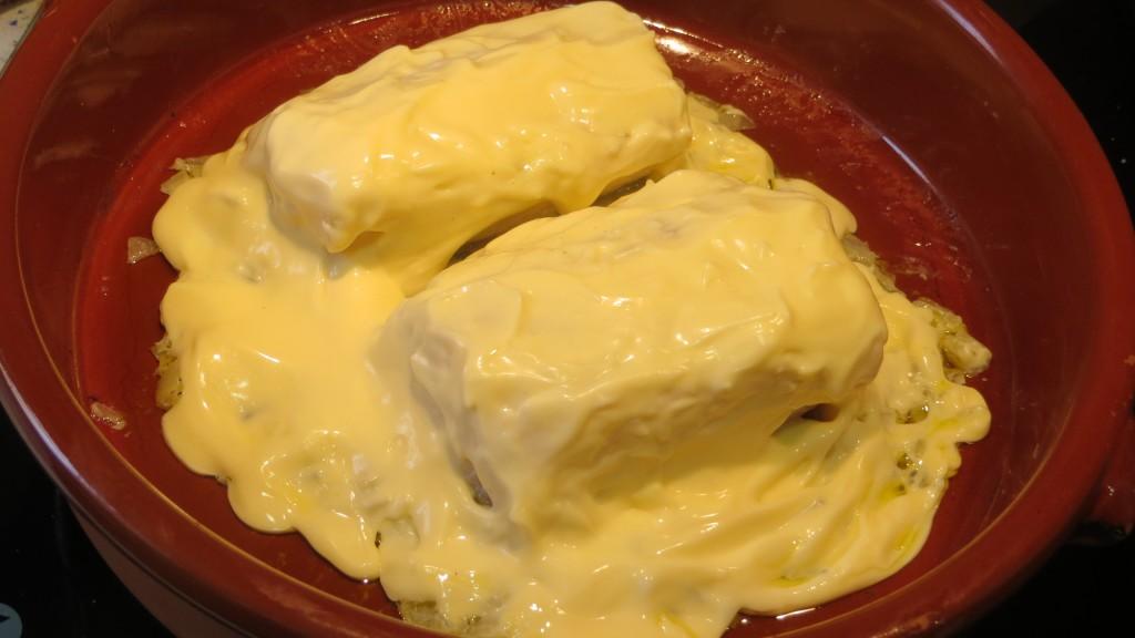 trozos de bacalao y cebolla napados con mayonesa