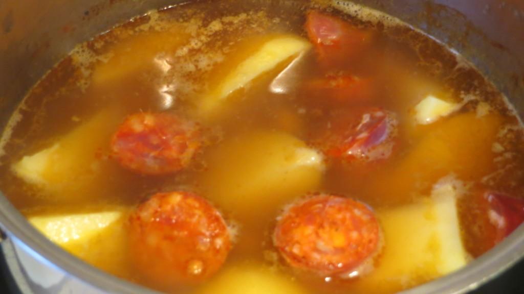 incorporación de las patatas y el chorizo al caldo gallego