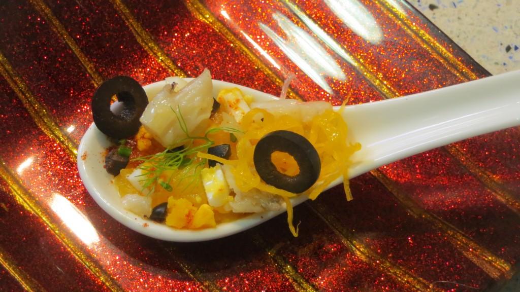 cuchara de ensalada de bacalao con huevo y naranja