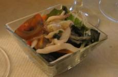 ensalada de algas con calamar, navajas, berberechos y pepinos de mar