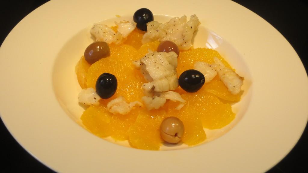 incorporación de las aceitunas a la ensalada de bacalao y naranja