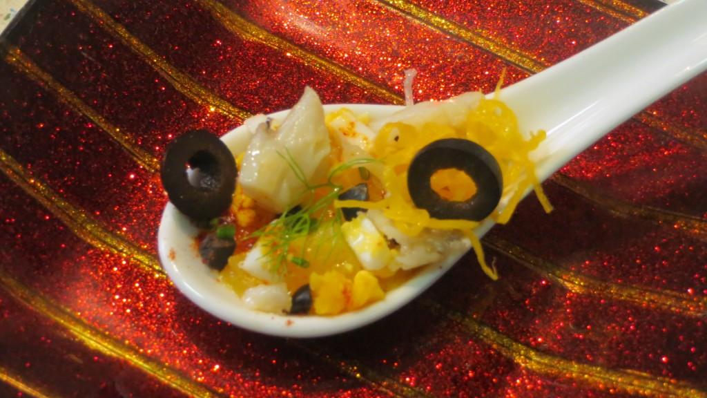 cuchara de ensalada de bacalao con naranja, huevo y aceitunas