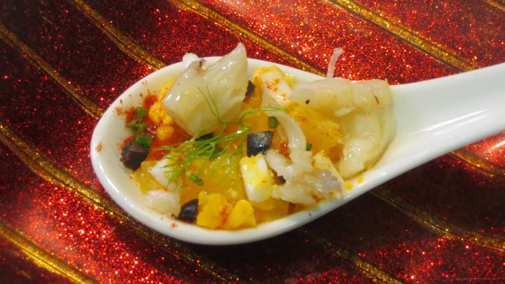 bacalao incorporado a la cuchara de la ensalada