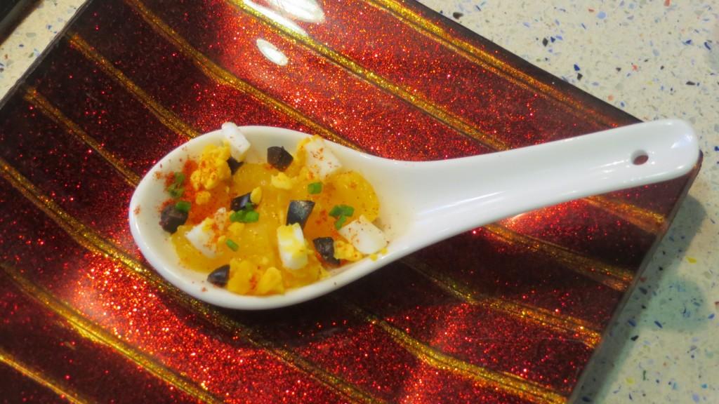 pimentón incorporado a la ensalada de bacalao y naranja