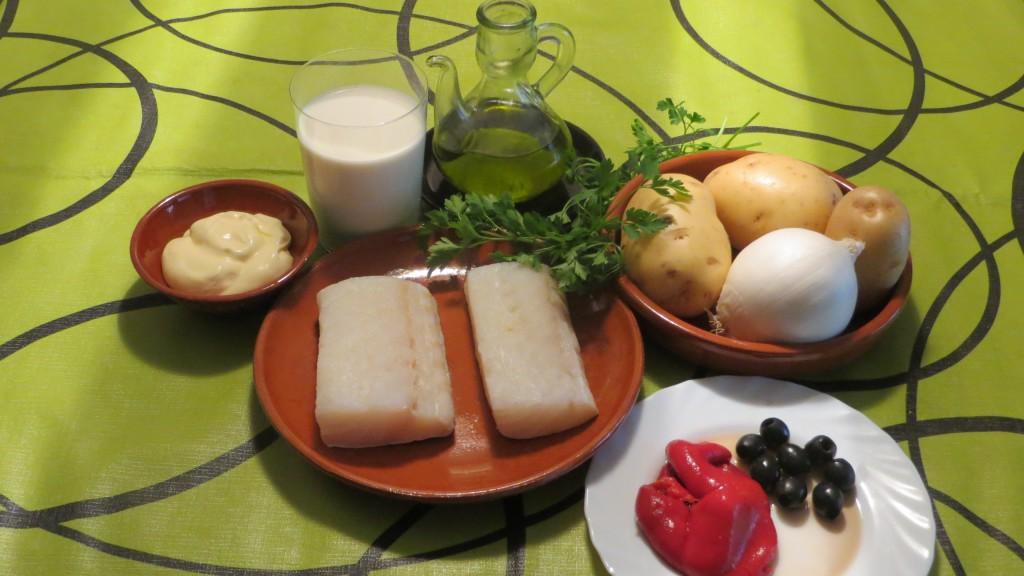 ingredientes del bacalao gratinado con mayonesa, cebolla y puré ligero de patata