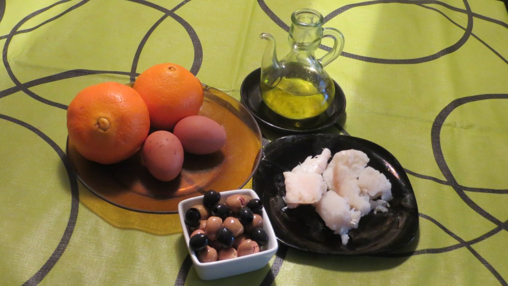 ingredientes de ensalada de bacalao con naranja y aceitunas