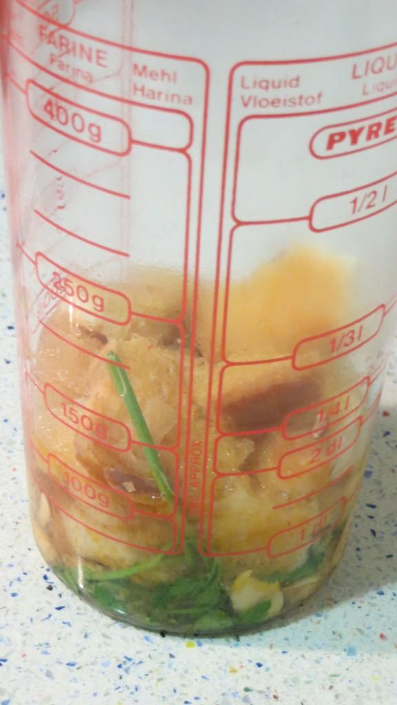 ingredientes en el vaso de la batidora