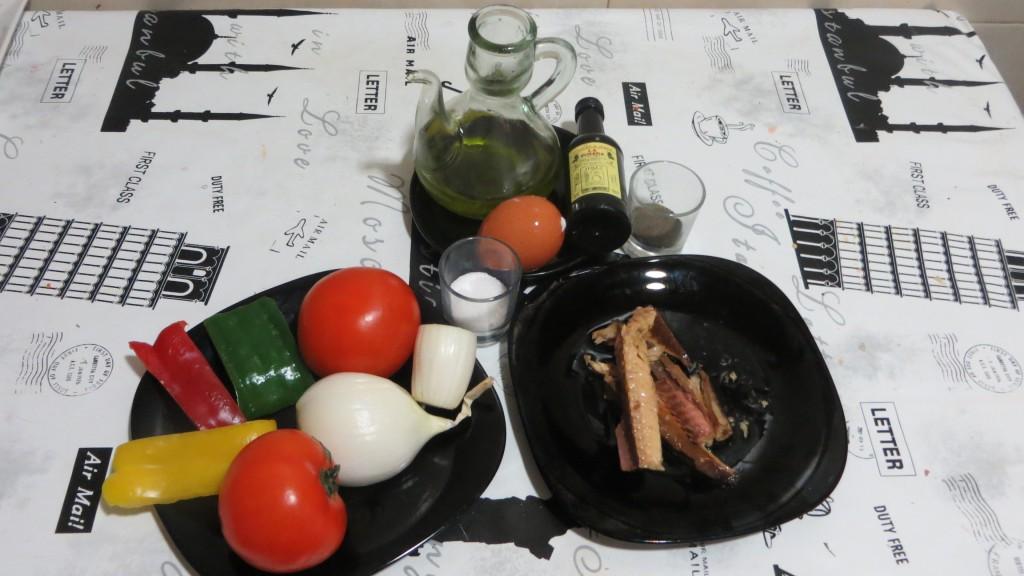 ingredientes de la ensalada de pimientos, cebolla y tomate