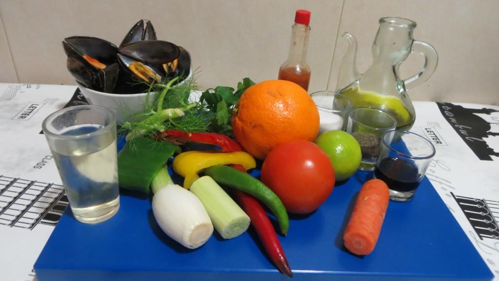 ingredientes de mejillones con vinagreta de verduras y aroma de cítricos