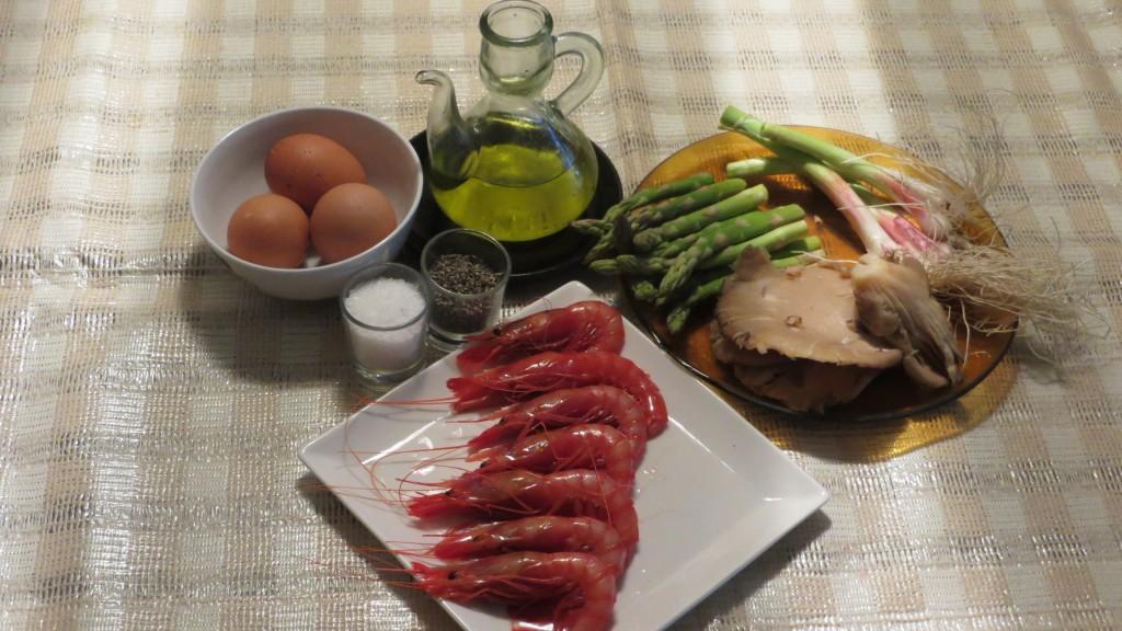 ingredientes de revuelto de espárragos trigueros, ajetes, setas y gambas