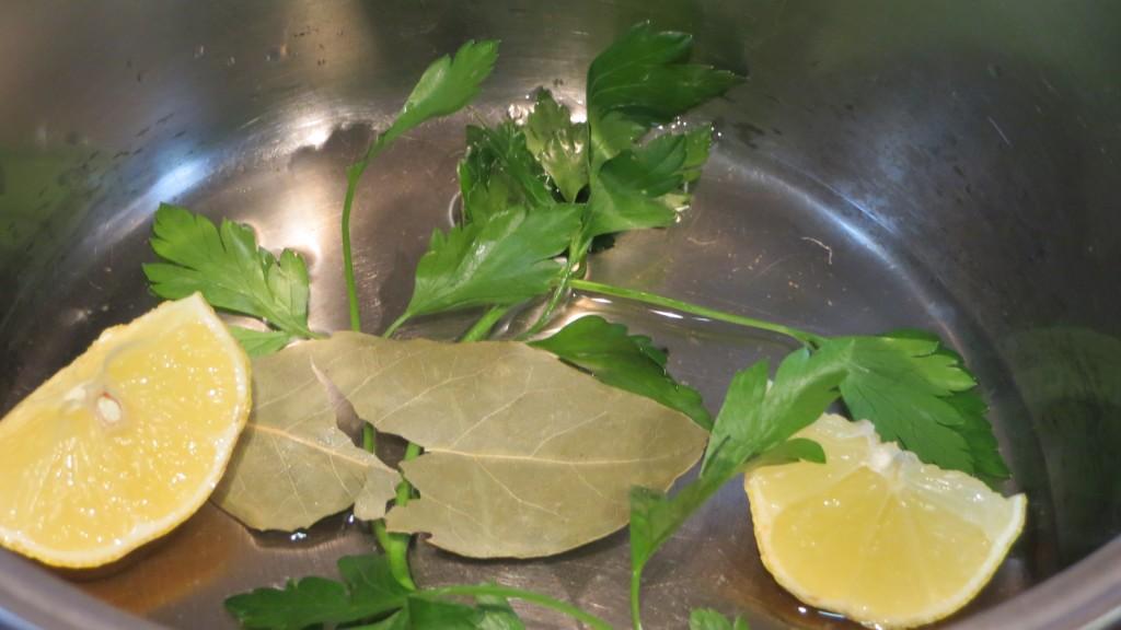 ingredientes para realizar y aromatizar  los mejillones al vapor