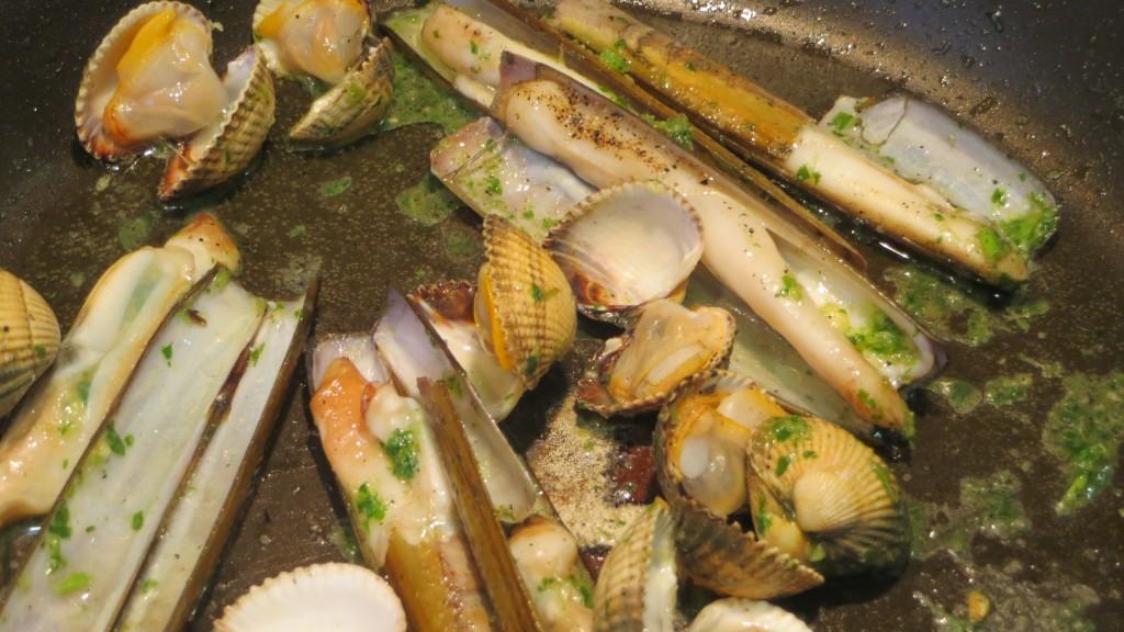 moluscos salteados con ajo y perejil finamente picados