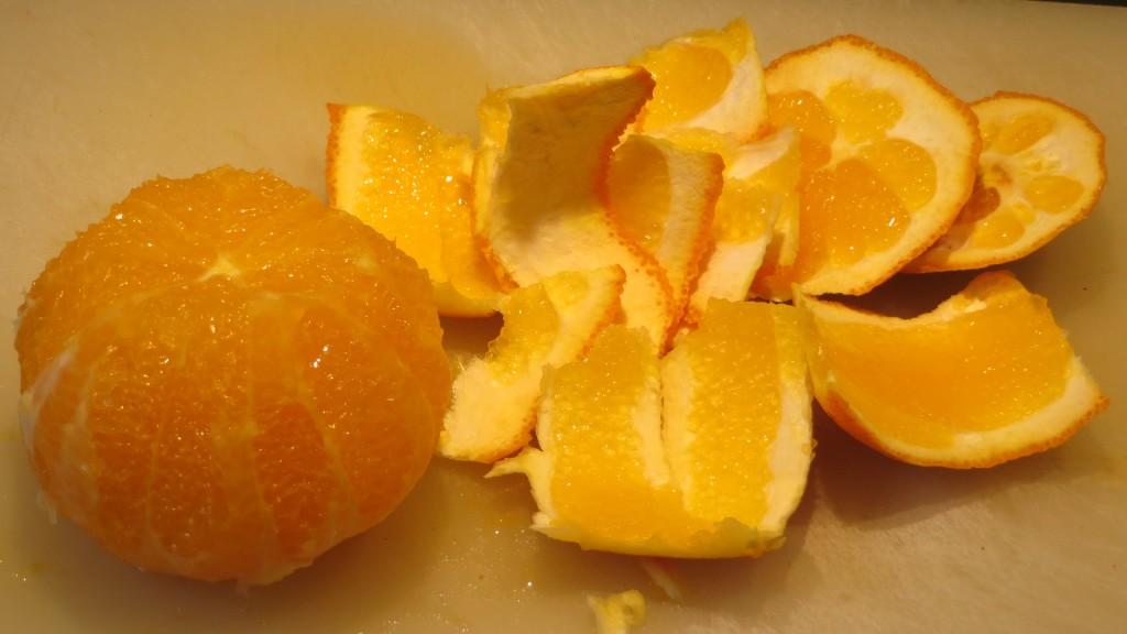 naranja limpia de su piel y parte blanca