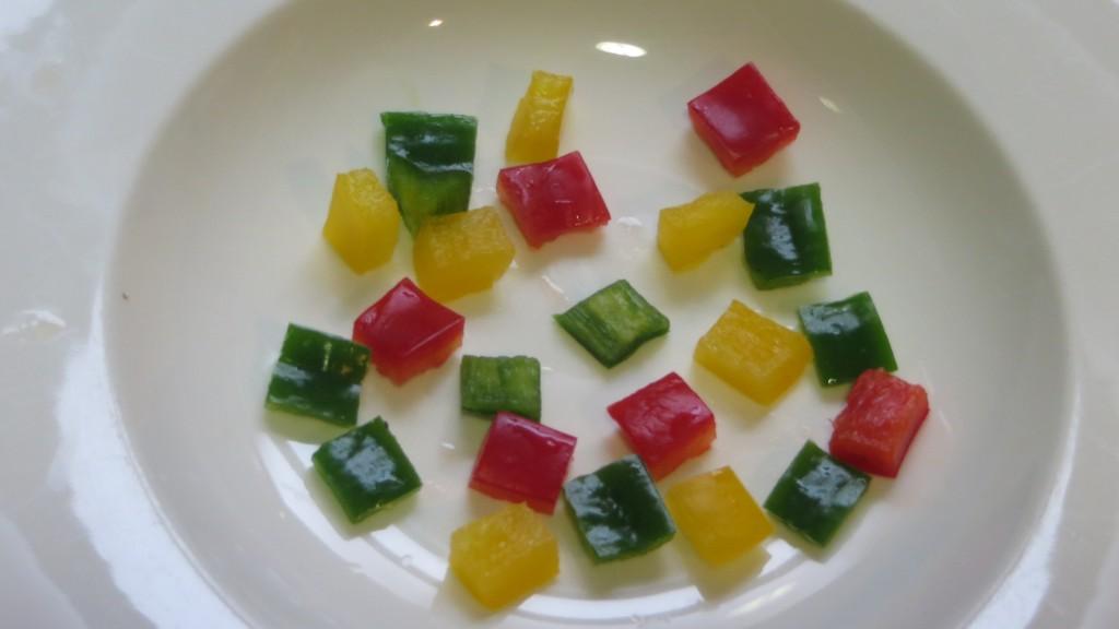 pimientos cortados colocados en el plato