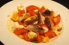 ensalada de pimientos, cebolla, tomate, huevo y caballa
