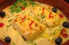 bacalao gratinado con cebolla, mayonesa y puré de patatas