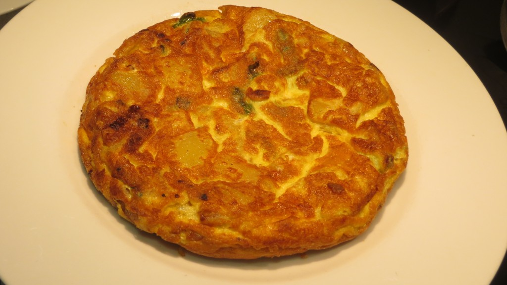 tortilla de patata con cebolla y pimiento acabada