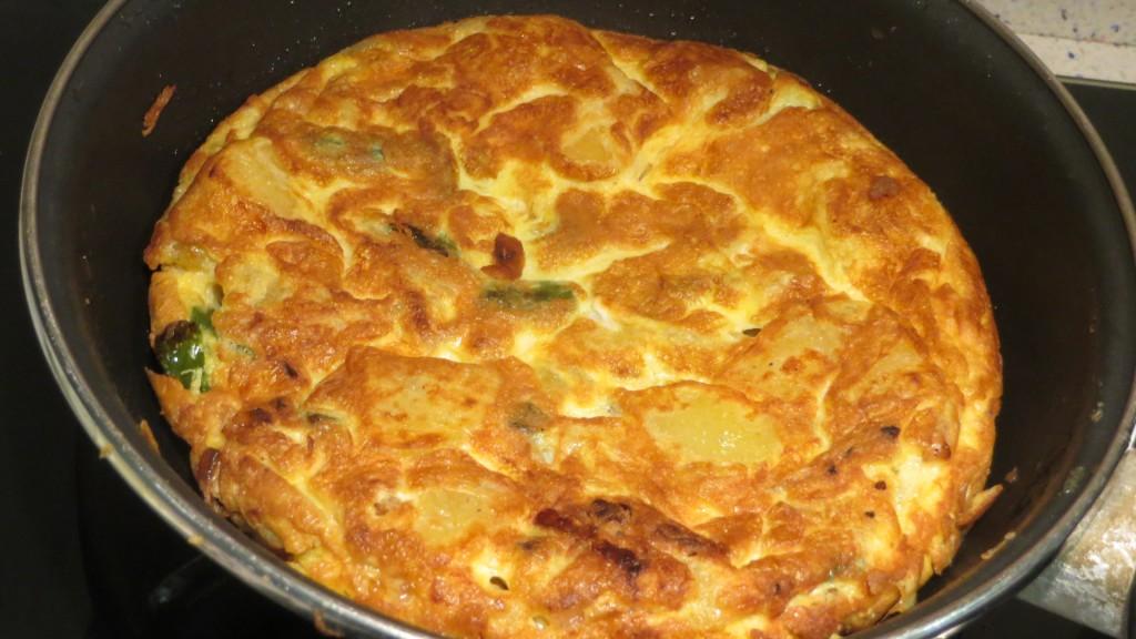 totilla de patatas con cebolla y pimiento acabada de hacer