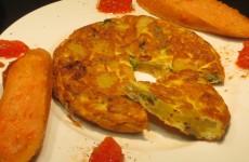 tortilla de patata con cebolla y pimiento verde