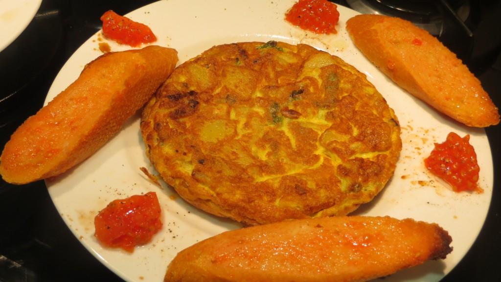 tortilla de patata con cebolla y pimiento verde servida
