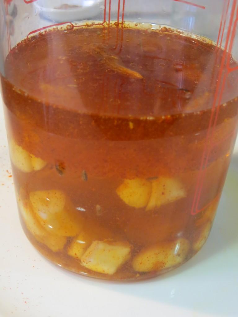 caldo incorporado a los ingredientes del mojo