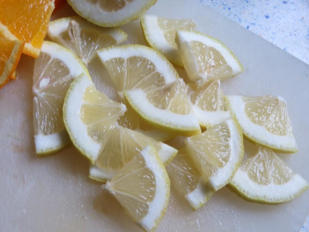 rodajas de limón cortadas en cuartos