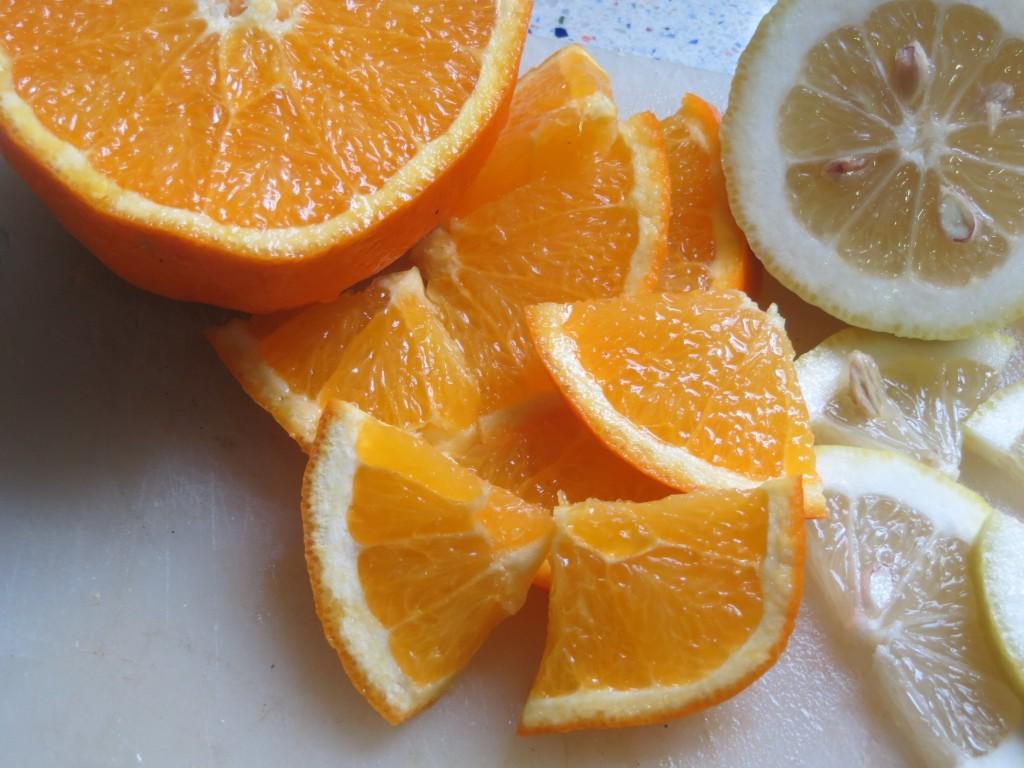 rodajas de naranja cortadas en cuartos