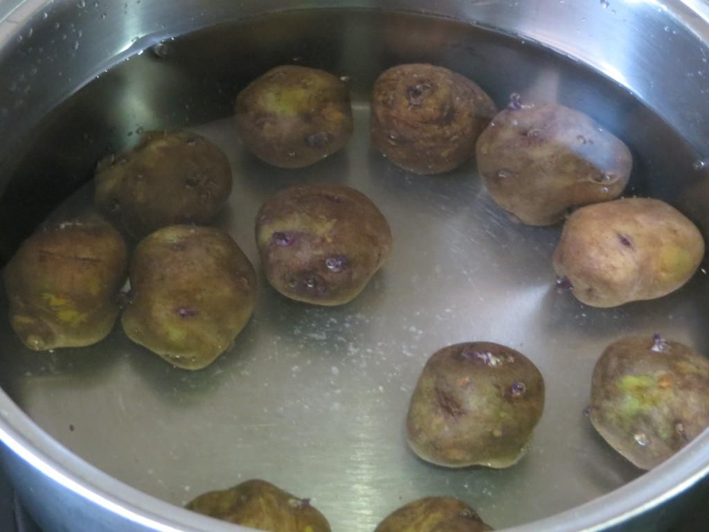 patatas cubiertas con agua