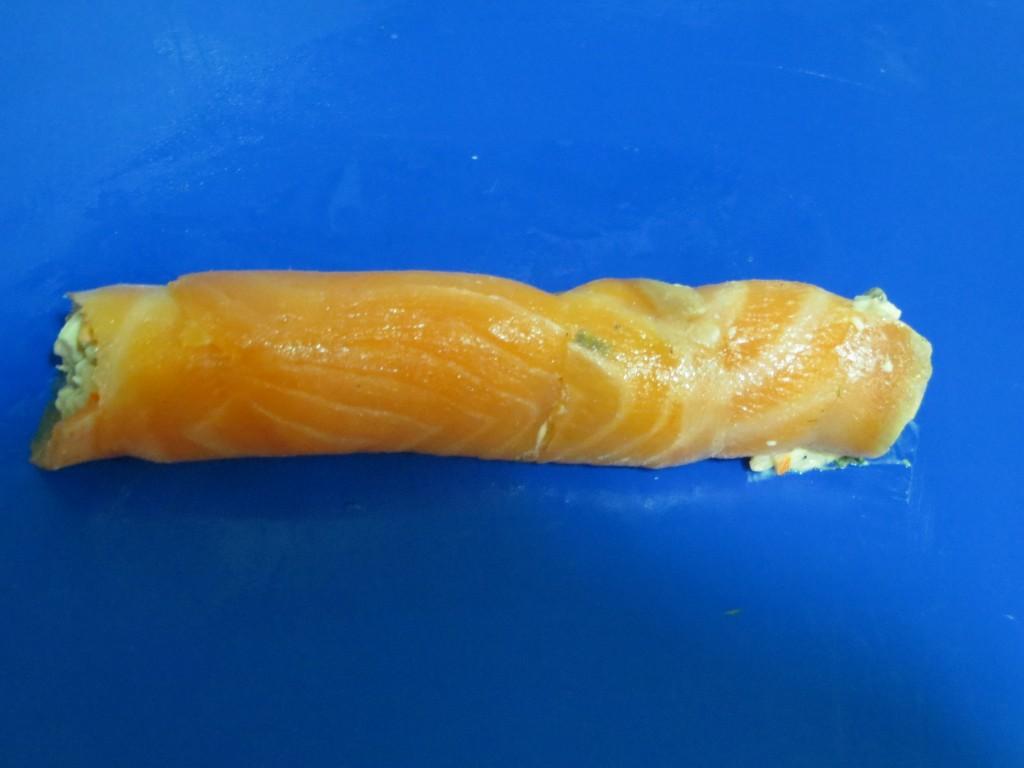rollo de salmón acabado de envolver