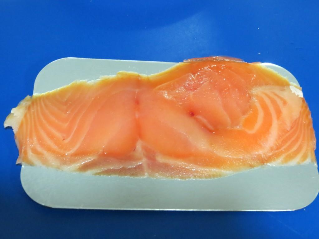 salmón ahumado fuera del envase