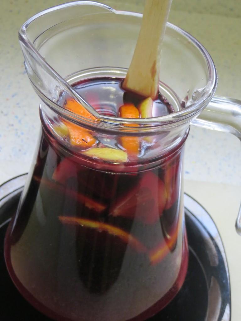 vertido del vino a la jarra