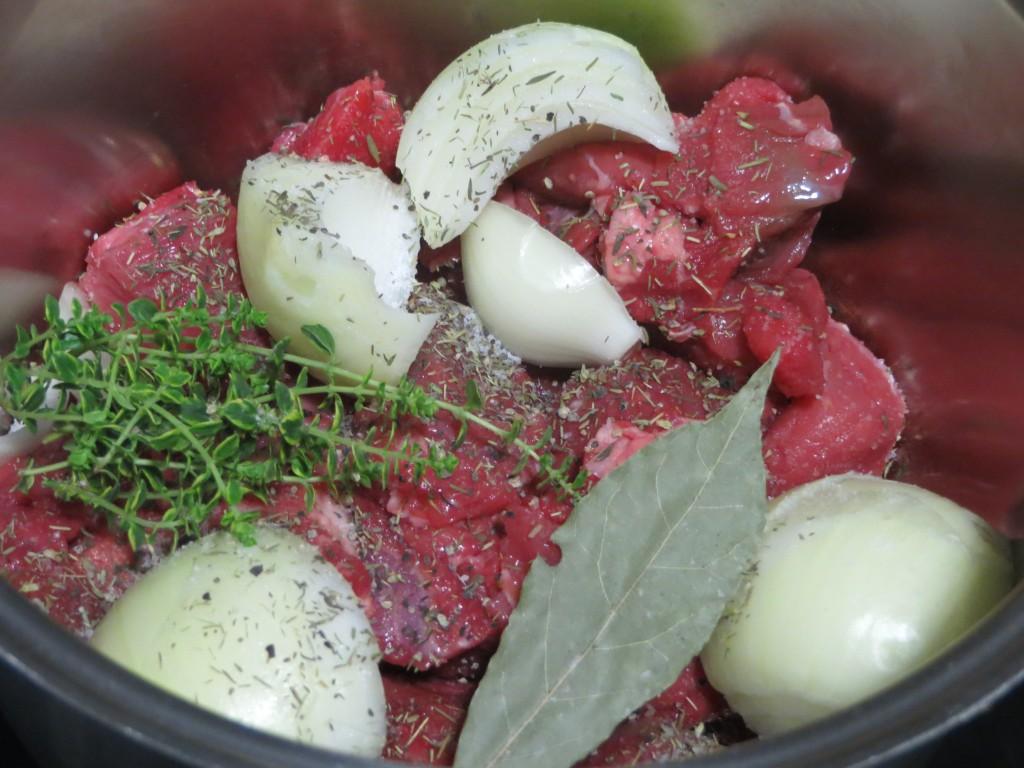 cebolla, laurel y  hierbas aromáticas incorporadas