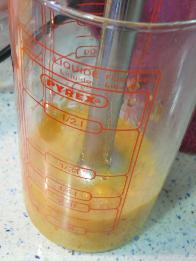 ingredientes de la salsa de melocotón triturándose