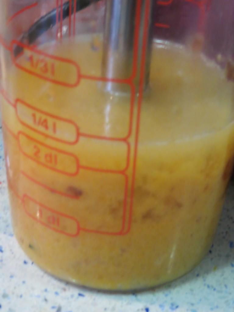 jugo y zumo incorporados a los ingredientes de la salsa de melocotón