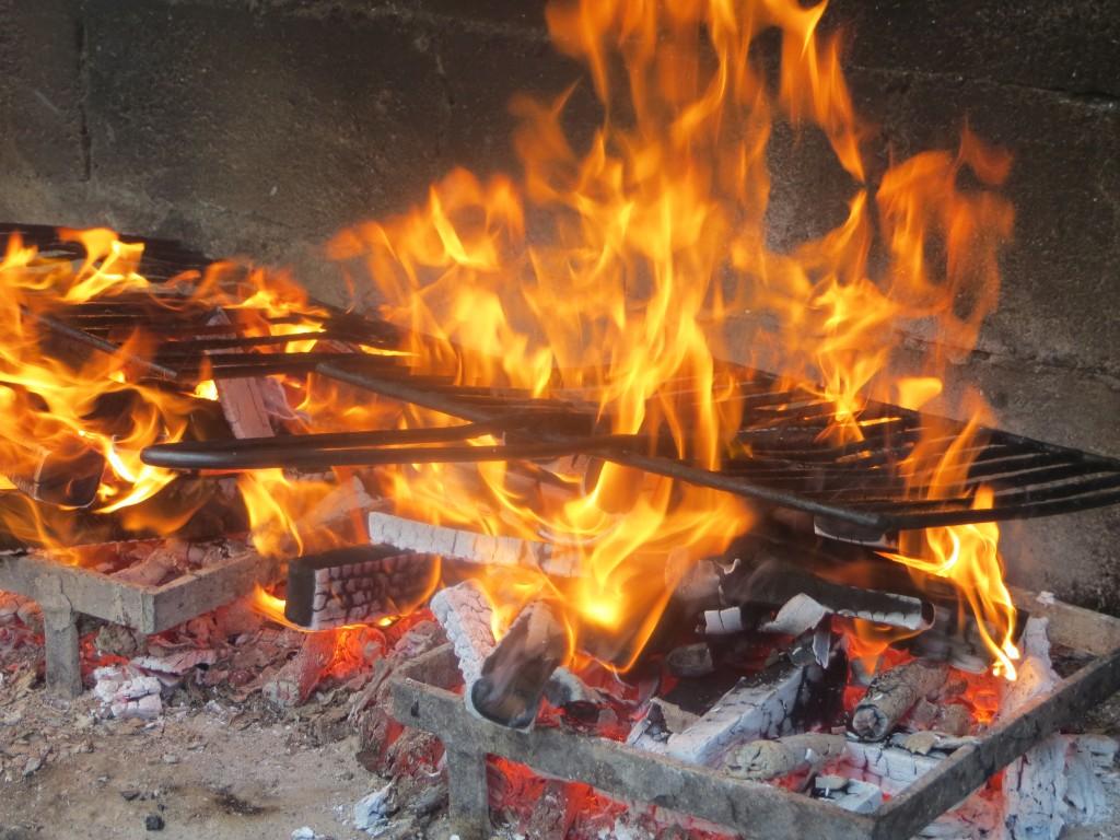 parrillas sobre las llamas