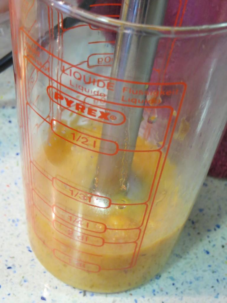 triturando los ingredientes de la salsa de melocotón con sanguina
